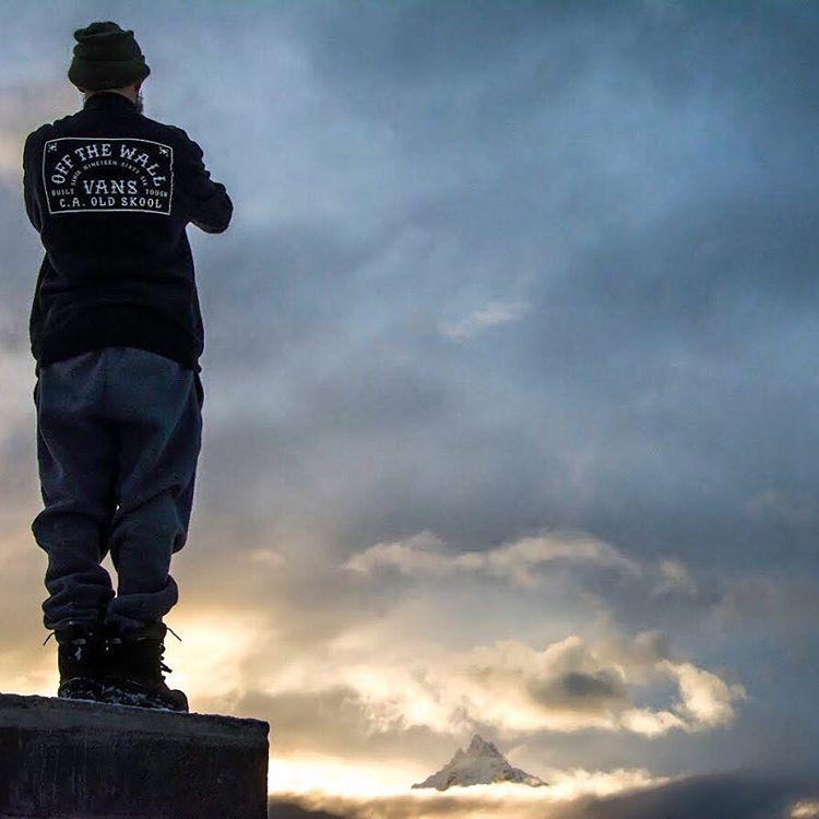 Hombre mirando al Monte Olivia (Ushuaia)