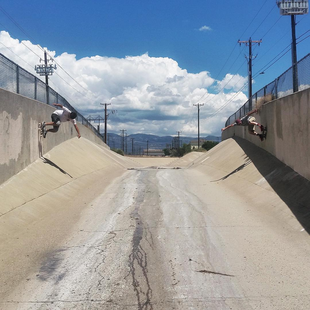 Gettin up to get down, the James gang (James West & James Tracey) ride the walls tandem style before rolling down a southwestern ditch. These two have been putting in work. Keep an eye out for vid soon. Photo from @_sam_well_ #divinewheelco #divinewheels