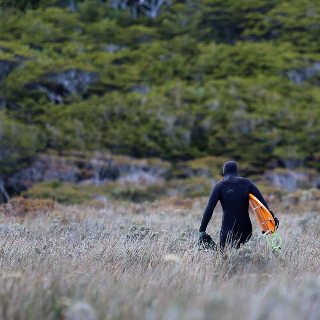 Camino al campamento dentro del bosque después de correr nuestras primeras olas en Bahía San Valentin - Tierra del Fuego.