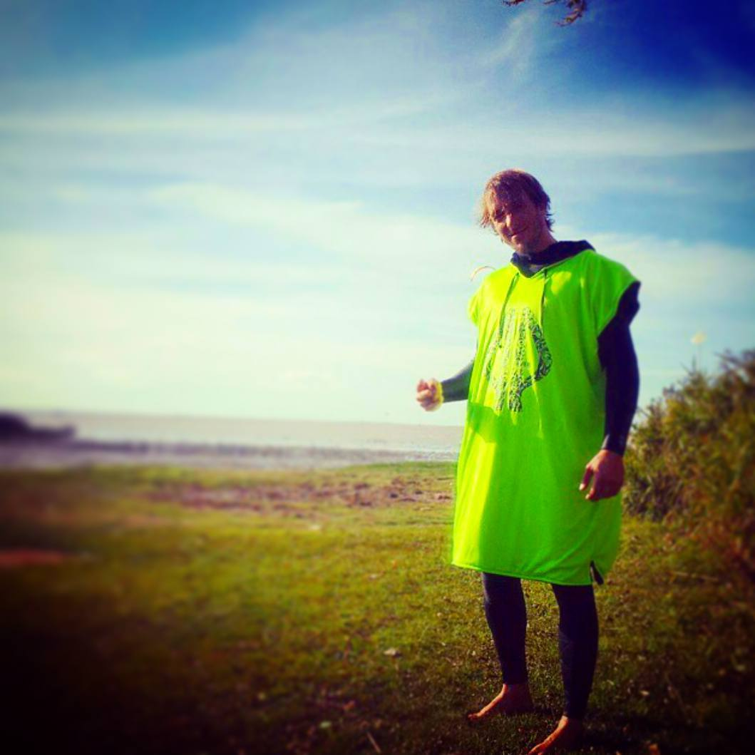 PALAPAPA STYLE @edu_elli #kitesurf #kite #kitebeach #rider #palapapa #clothing #sport #wear #tecnic #wakeboard #session #style #friends #high #crew #training #wind #poncho #surf #sup #bodyboard #kayak