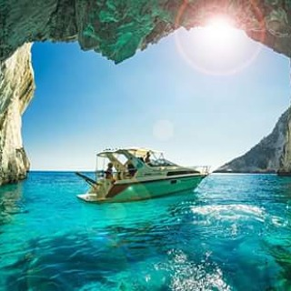 Isla de Zakinthos, Grecia  También conocida como Zante, cuenta con 123 km de costa. El terreno de la isla es muy montañoso y de nuevo, como en el resto de las Islas Jónicas, encontramos fértiles y verdes llanuras. Sus costas son escarpadas y rocosas en...