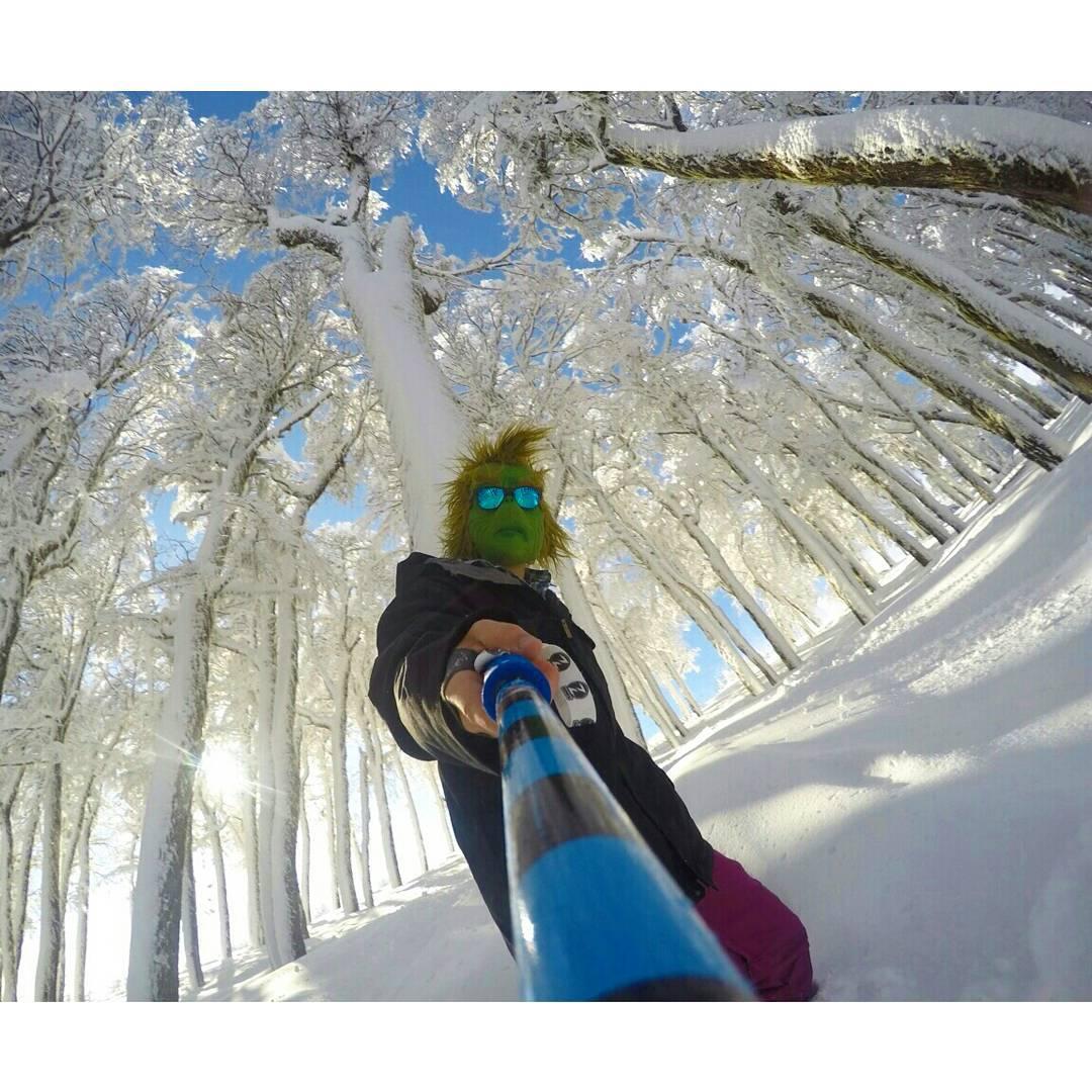 #TheZephyrGrinch sigue disfrutando de la terrible nieve que hay en @cerro_chapelco !!! ❄❄