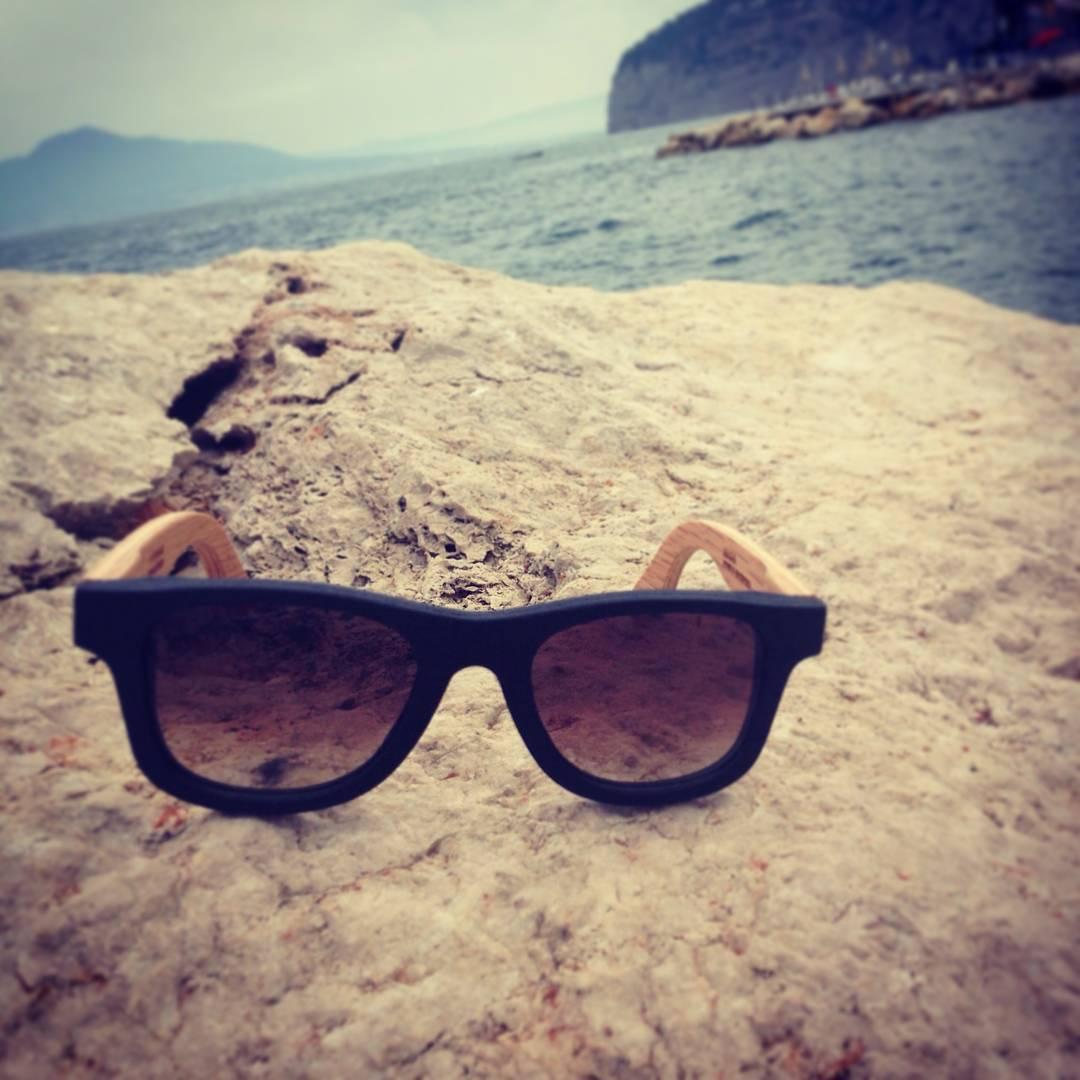 Nuestro Angus Original en Nogal oscuro dos tonos en las costas de Sorrento - Italia 40° 37′ 35″ North, 14° 22′ 33″ East Gracias por la foto Agus!  #Numag #borninargentina #wherenaturerocks #gafasdemadera #italia #viaje #aventura #retro #gafasdesol...