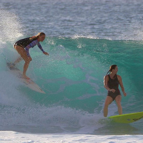 Aloha Sunday! Party waves all around with @carlywi
