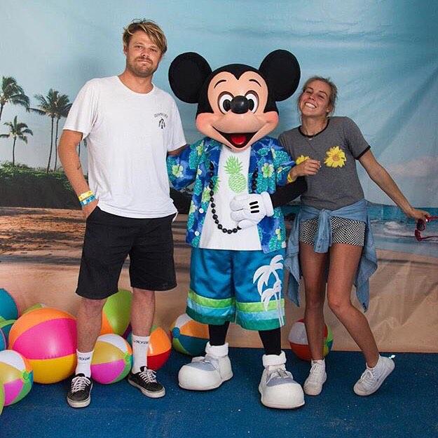 Ni Mickey Mouse se quiso perder el #vansusopen. Acá lo tenemos robandole una foto a @sealtooth y @leilahurst del #teamvans de surf.  Dentro de muy poco, llegan al país los modelos de la colaboración #disneyxvans
