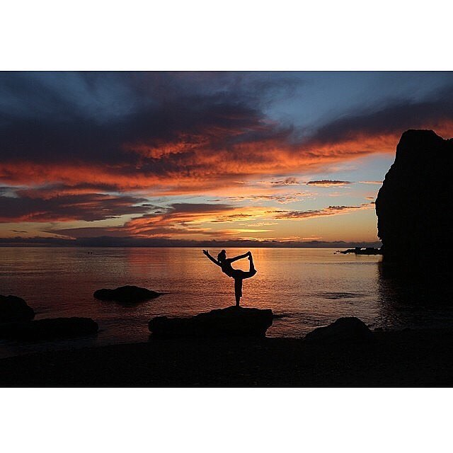 Yoga at sunset ~ an epic way to end the day  @yogaonboardsup #Baja #mexico #SUP #yogaretreat #adventure #travel #yoga #sunset #supleggings #yogaleggings #OKIINO