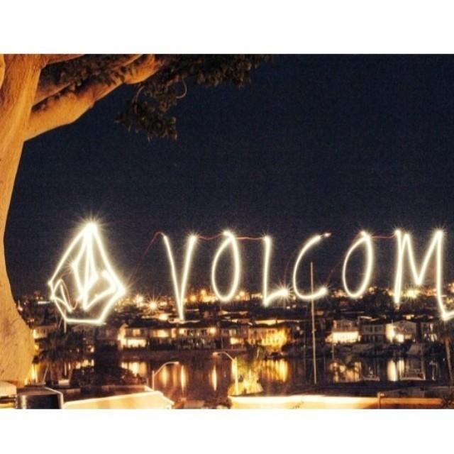 La noche está por comenzar.. #livedin #volcom Buen fin de semana!