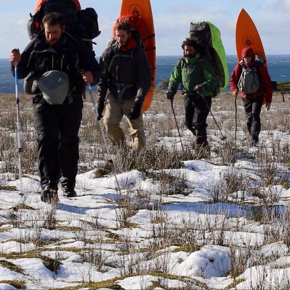 DIA 48 - la geografía se hacía más plana en la costa Norte y facilitaba el caminar pero el clima nunca dejaba de sorprender. Los 4 integrantes de la expedición: Sergio Anselmino, Joaquin Azulay, Silvio y Julian Azulay.