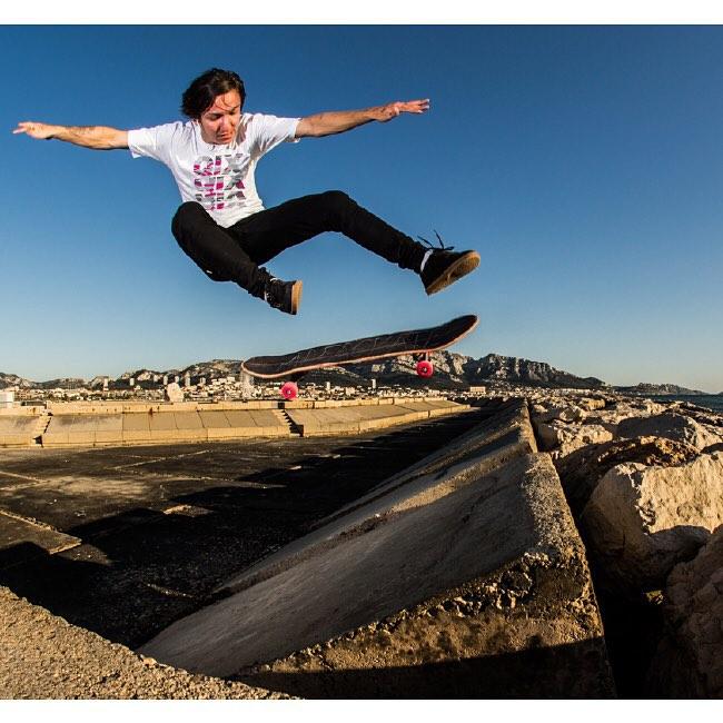 O rolê do skatista @luiznetosk8 fica mais pesado com a camiseta #QIX. Compre online agora na www.qixskateshop.com.br
