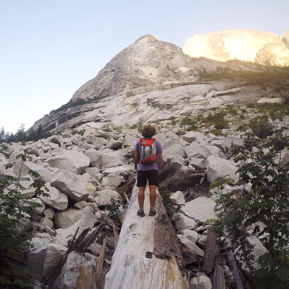 @tomikaragozian challenging the steepest side of #Yosemite // #discoverpack around the word. #hiking #nature #wakeboarder