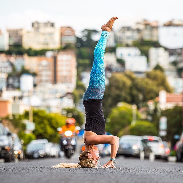 Yoga helps you get a fresh perspective @yoga_girl by @benkanephoto  #doyoga #yogaeverydamnday #yogaeverywhere #headstand #sanfrancisco #yogaleggings #OKIINO