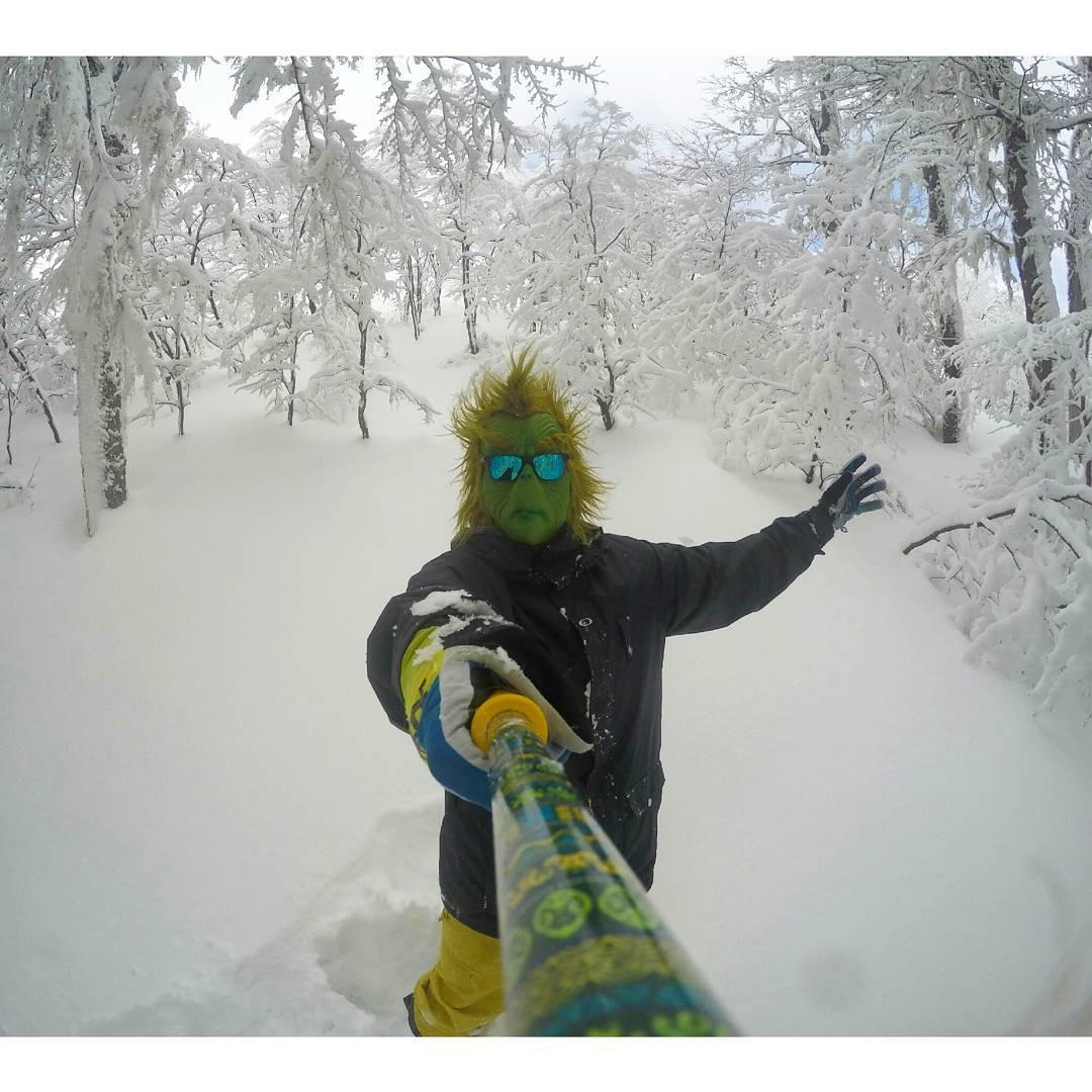 #TheZephyrGrinch disfrutando de la nieve que hay en los bosques de @cerro_chapelco !! ❄❄
