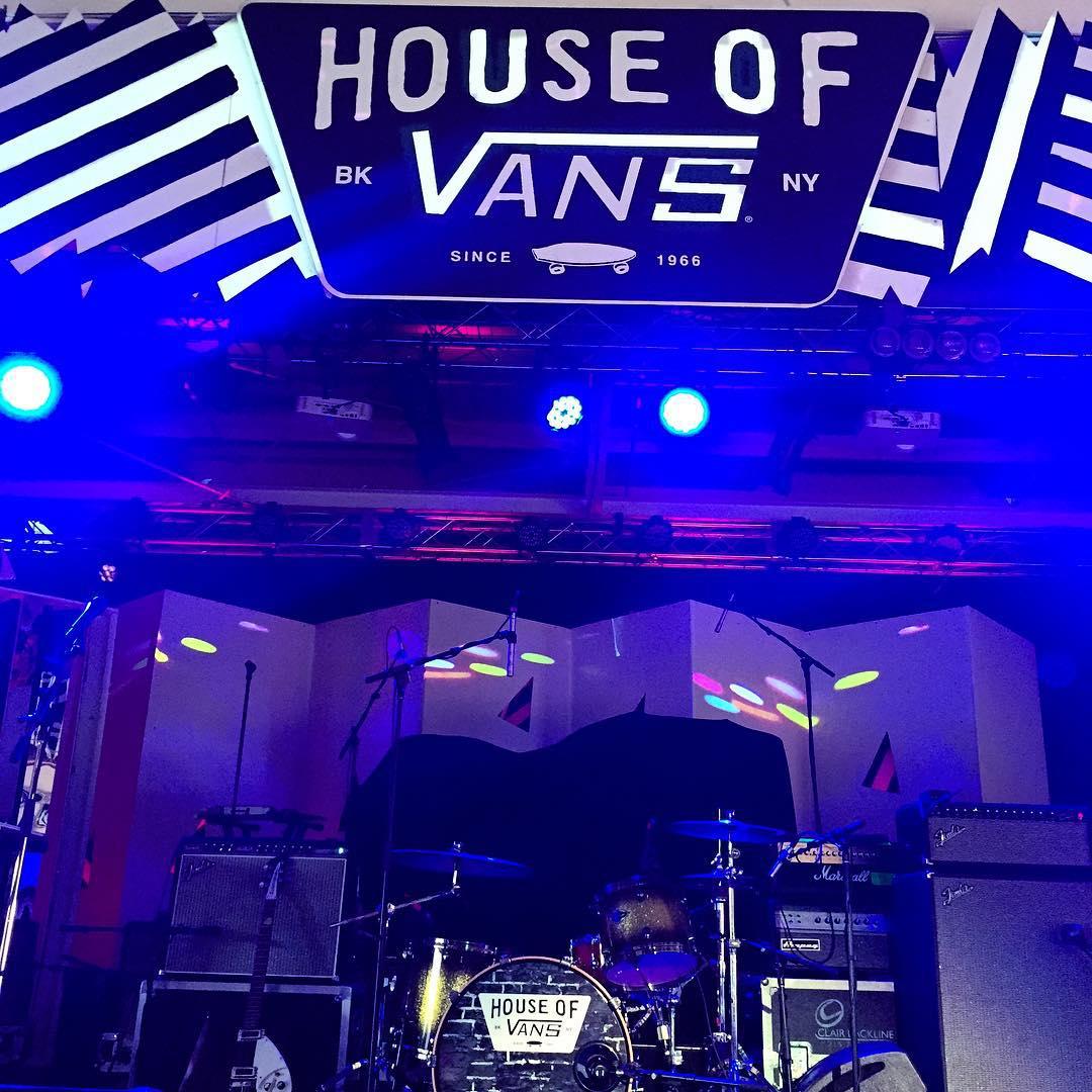 Ya estamos en la #HouseofVans y en un rato se abren las puertas. En este escenario va a tocar @casablancas_julian