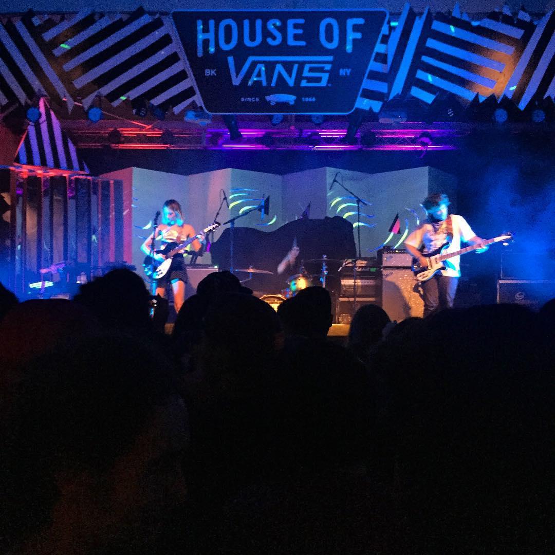 @cherryglazerr en vivo en la #HouseOfVans ☝
