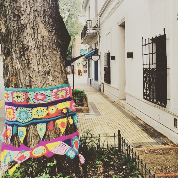 Look out: Yarn bombing! #urbanknitting #woolgraffiti #muchoscolores