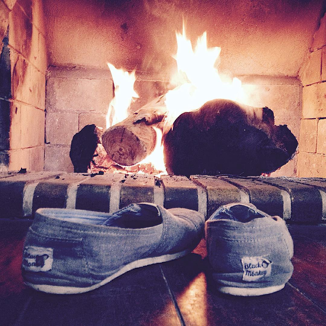 Un merecido descanso en este Invierno 2015!! Y vos donde estas usando tus Black Monkey? @blackmonkeystore  #blackmonkey #alpargatas #calzado #campo #sur #argentina #relax #saturday #winter #fogon #travel #live #followus #picoftheday #enjoy