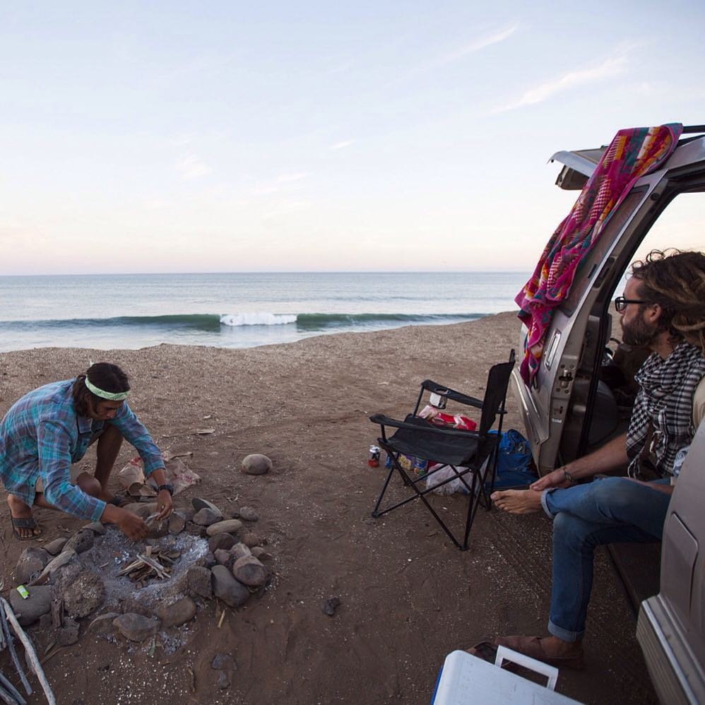 ~ Nomadic Baja ~  Take yourself back to a quintessential place. Mark from @reecosurfboards builds a post surf fire while @to_the_sea8 takes in the view || @drewfoto -------------------------------------------------- #bekindvibes #bekindtribe...