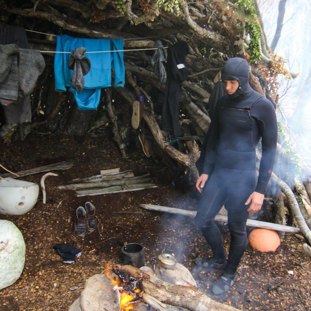 Juntando un poco de calor antes de ir al agua en la costa sur de Peninsula Mitre.