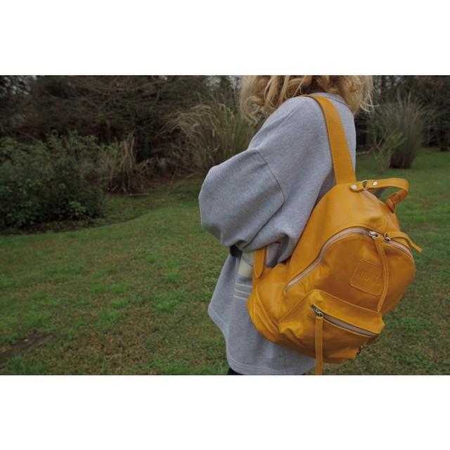 Edición mostaza de la mochila Mini Navajas / www.mambomambo.com.ar