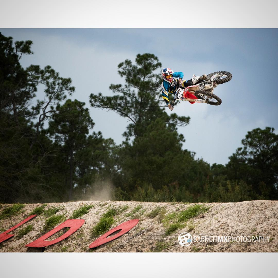 Another rad photo from @barnettmxphotography of a sick day at @waldomotorsports with @whatthefett and @tomparsons930 #moto #motocross #whip #whereswaldo #honda #florida #barnettmxphotography