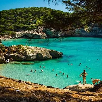 Con 216 kilómetros de costa, Menorca cuenta con más de 70 playas, de fina arena blanca en el sur y de rojizos tonos en las más agrestes calas del norte. Su variedad geológica la convierte en un paraje de indudable belleza en el que contrastan salvajes...