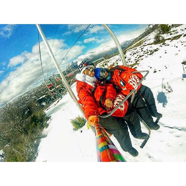 Les compartimos una espectacular foto de @giulianagalarza con su @alt.3d modelo #rainbow , en la nieve de @cerrocatedral ❄️