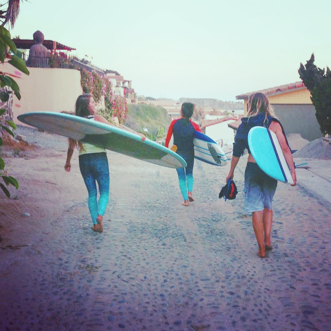 good friends | good waves | good vibes #itsallgood try surfing in #OKIINO leggings: -fit like a second skin -stay put during duck diving -SPF 50 sun protection -sea-inspired print by artist @soleilazules  #trysomethingnew #surfleggings #surf #friends...