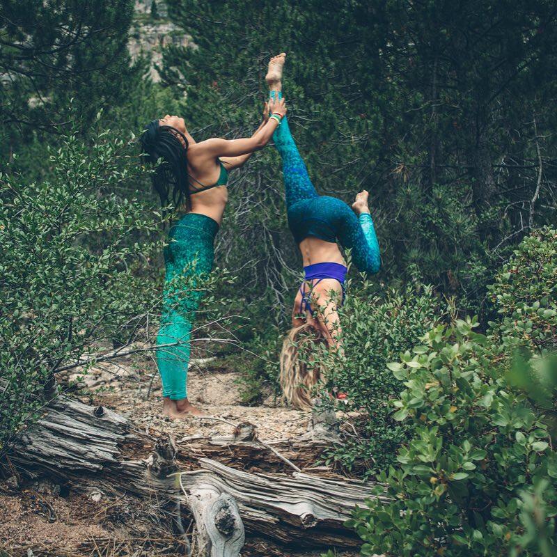 wild & free @ndnlifestylist & @hailey_marianna #bewild #befree #adventure #travel #explore #happyfriday #hike #yoga #yogaleggings #OKIINO