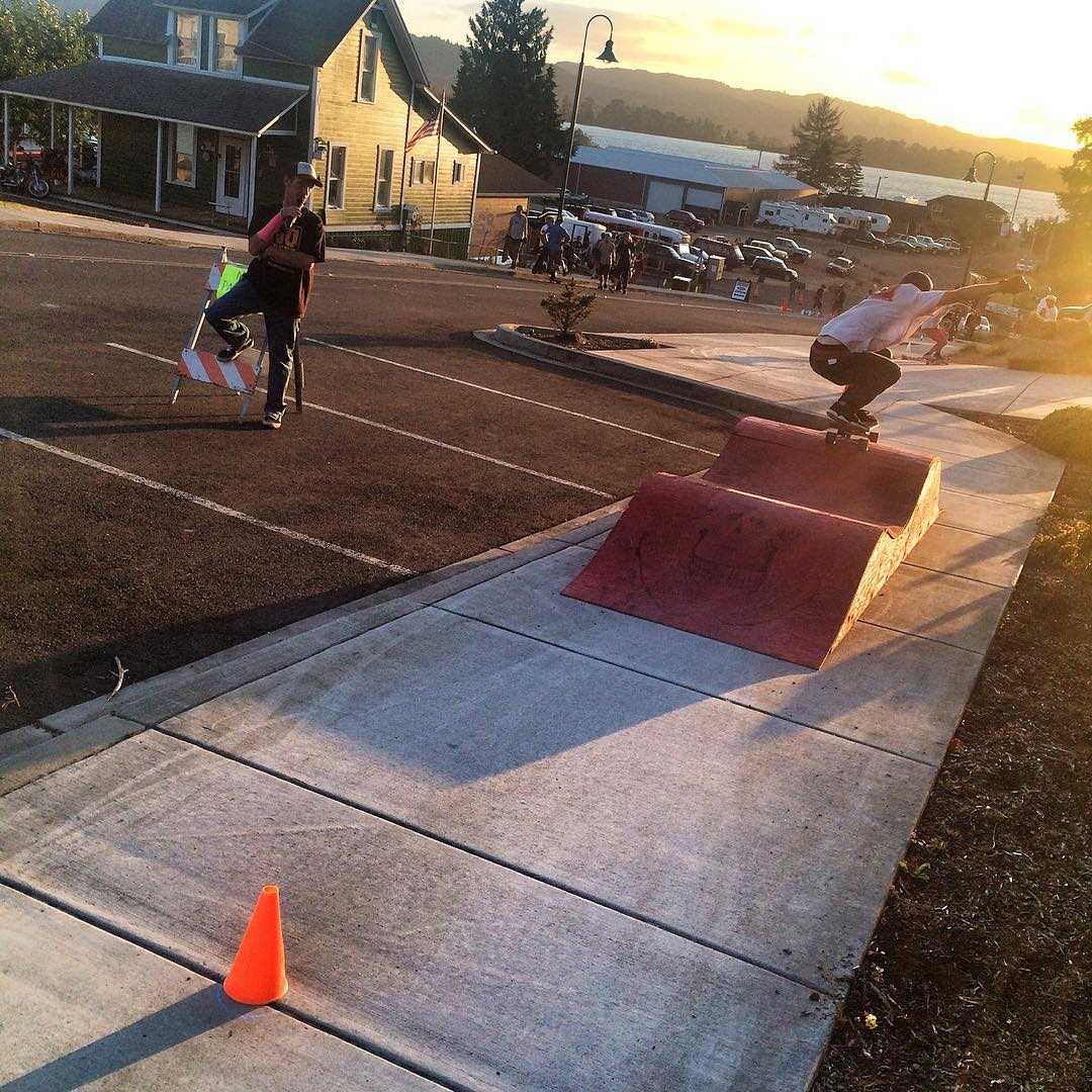 @jimmywesterson is throwin' down for the Sidewalk Showdown at the #CathlametDH right now while OG skate legend Rob McKendry calls the shots on the mic. Who's going to be the King of Cathlamet? #divinewheelco #divinewheels