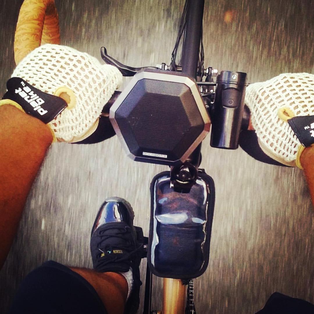 JUST BiKIN in my JAWDiNS WiTH MY #boombotrex @just_bikeit #fixedgearfamous #soundofthebrave