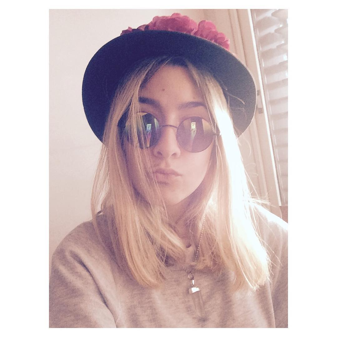 Feliz domingo! #apple #iphone #roundsunglasses #stone #necklace #crownflower #hat #blonde