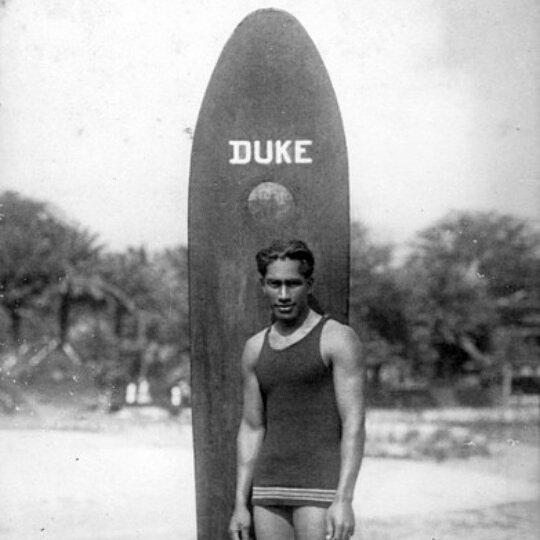 Hace 125 años nació Duke Kahanamoku, el padre del surf moderno. Fue también campeón de natación en los Juegos Olímpicos y tras dejar ese deporte se dedicó a viajar, sobre todo por Estados Unidos y Australia, para realizar exhibiciones y difundir el...