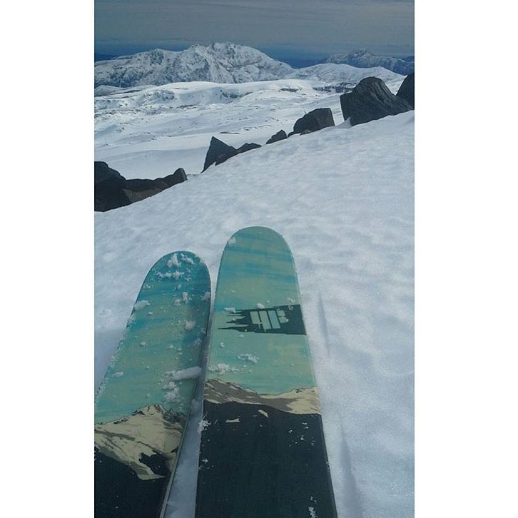 @sidney_simard98 pairs the all new KYE110 graphic with reality on a Chilean descent. #shapingskiing