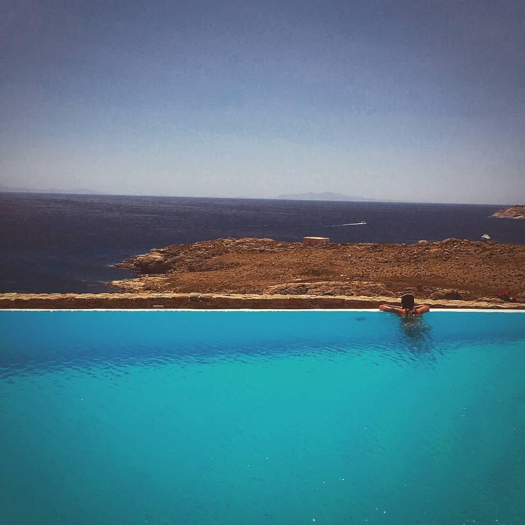 La buena vida! Gran foto de nuestra amiga Pepa, disfrutando de las playas griegas, en su worldtour gastronomico junto a @numageyewear ------------------ #numag #borninargentina #wherenaturerocks #gafasdemadera #diseño #moda #anteojosdemadera #argentina...