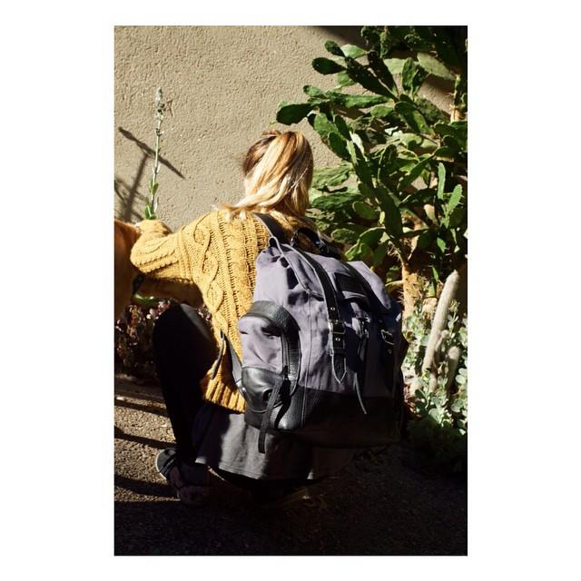 De nuestra línea Canvas: Mochila Junco / lona de algodón y cuero, compartimento para compu, 3 bolsillos externos, 1 bolsillo interno.
