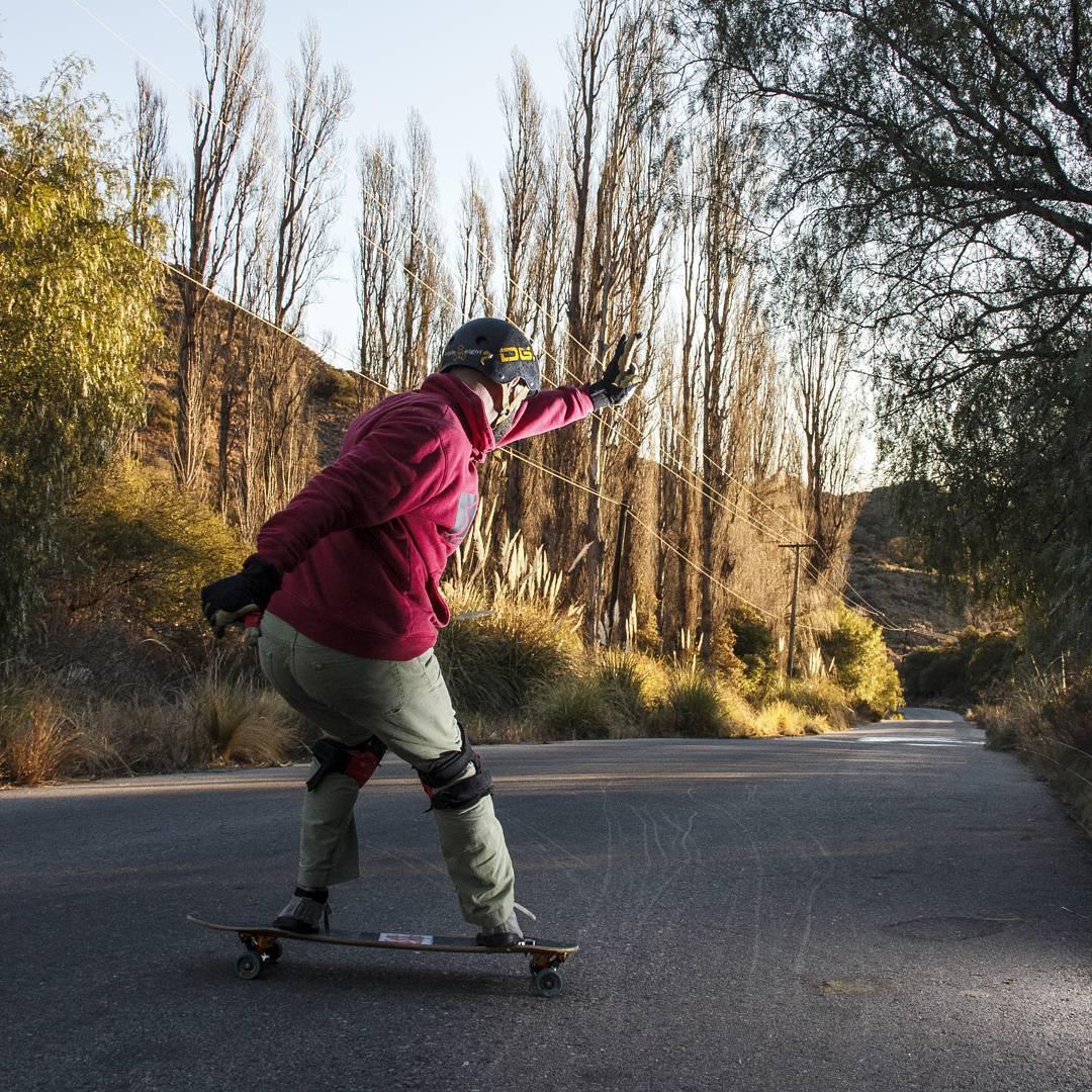 Toma Buenaza disparada por @maximotatorres en San Luis. Rider Tomi Todros, matándola en la #machbusterKT #freeridelongboard #downhilllongboard #sanluis #slyskateboards #sinfiltros #dominalascalles