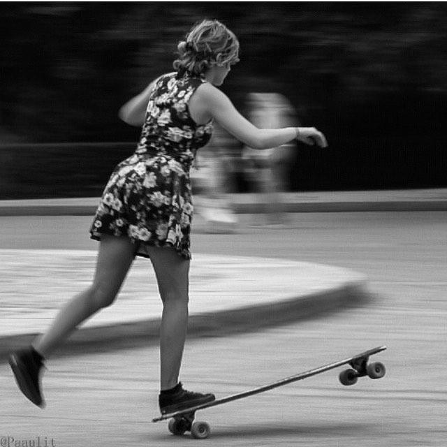 Buenos dias a todos!  Good morning everyone!  @cerecitapocha & her mad style in Madrid. Paaulit photo.  #longboardgirlscrew #womensupportingwomen #girlswhoshred #skatelikeagirl #candetoledo #madrid #style