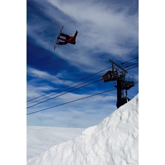 Smokin team rider @greydinsgram  murdering the park @mammothmountain