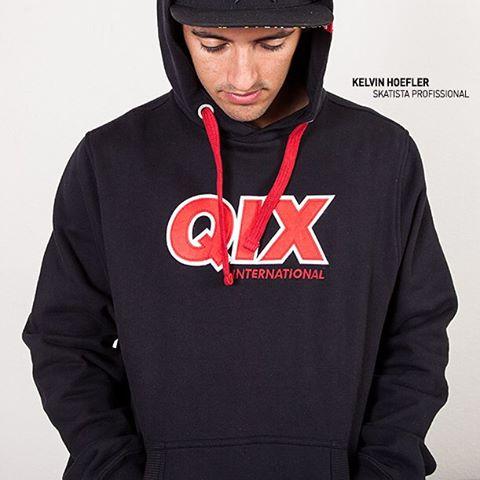 Faça como o @KelvinHoefler e fique style no rolê com o moletom canguru #QIX. Compre agora em www.qixskateshop.com.br