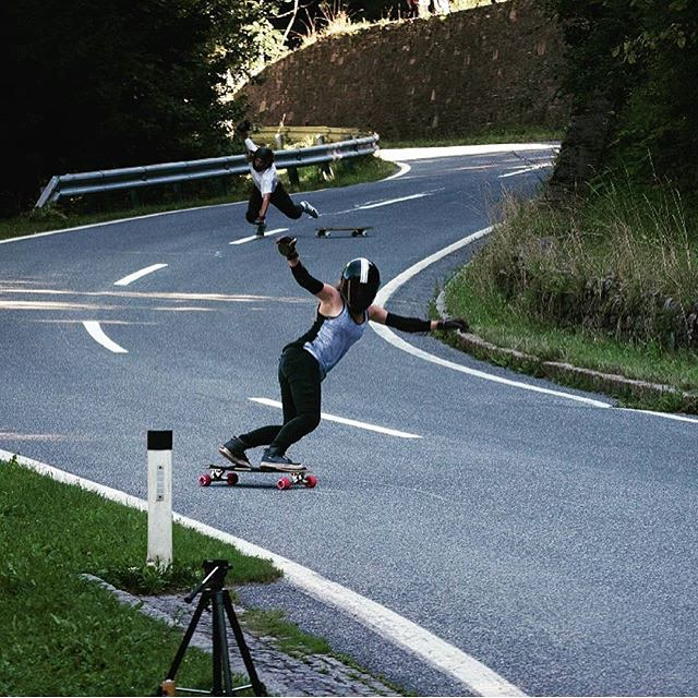 This is hilarious. @iconelongboards & LGC Austria rider @annapixner killing it during the #belajoyride Freeride in Austria while an unfortunate male rider eats shit on the back. Hope he's ok! Florian König photo.  #longboardgirlscrew #oops...