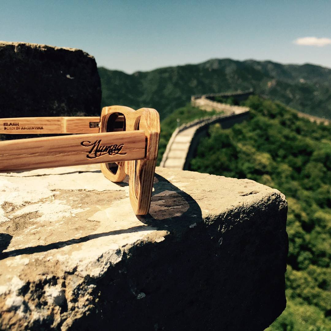 De viaje por la gran muralla China Photo by @fernandezpepa #numagtraveller -------------------- #numag #wherenaturerocks #borninargentina #diseñoargentino #innovacion #sustentables #retro #moda #gafasdemadera #viaje #madera #anteojosdemadera