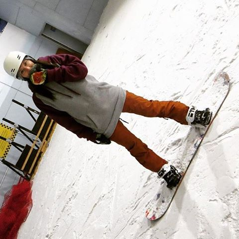 Sometimes changing your perspective is a good thing! @fayeyoung getting an indoor shred @chillfactore #winteriscoming #girlswhoshred #xshelmets #snow #snowboard #nikitasnow #chillfactore