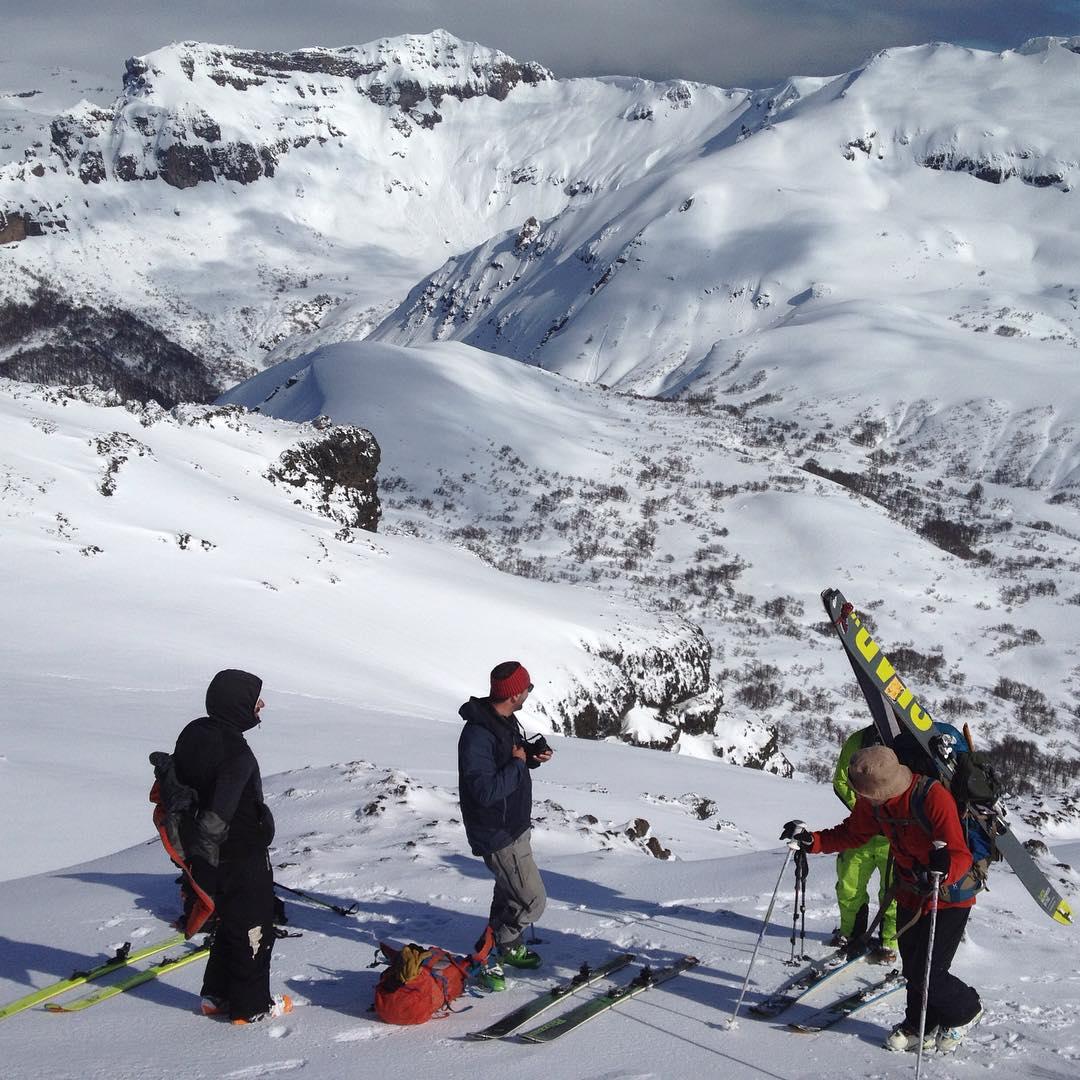 Chapelco grande con los esquiadores! #argentina #patagonia #splitboarding #embajadordelosandes #LivetheSearch @ripcurlargentina @maxiartoni @saskuaz