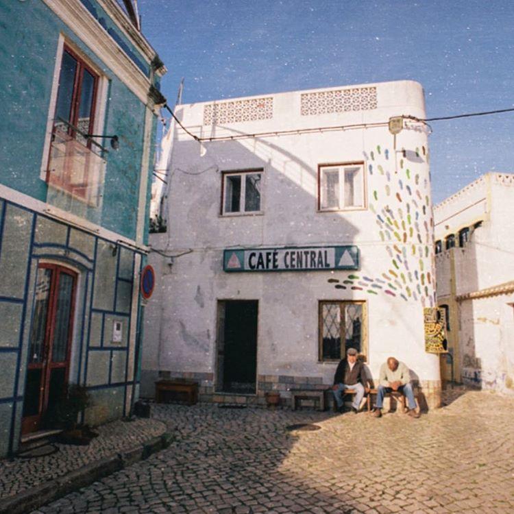 Algarve it's a lost town and often happens something but it has this cozy cafe to have breakfast just before surf and its perfect.  En el perdido pueblo de Algarve no suele pasar mucho, pero tiene este pintorezco cafe perfecto para desayunar antes de...