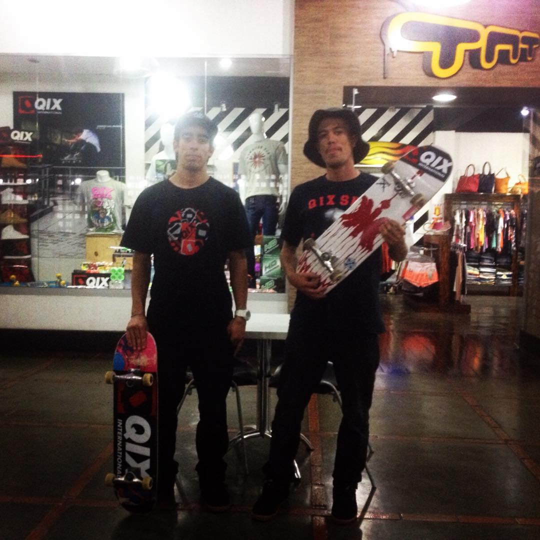 @samuel_jimmy e @pablocavalari visitando a loja @TNTSKATESHOP em Três Corações - MG durante o Rei da Praça 2015 #qixteam #skateboardminhavida #reidapraca