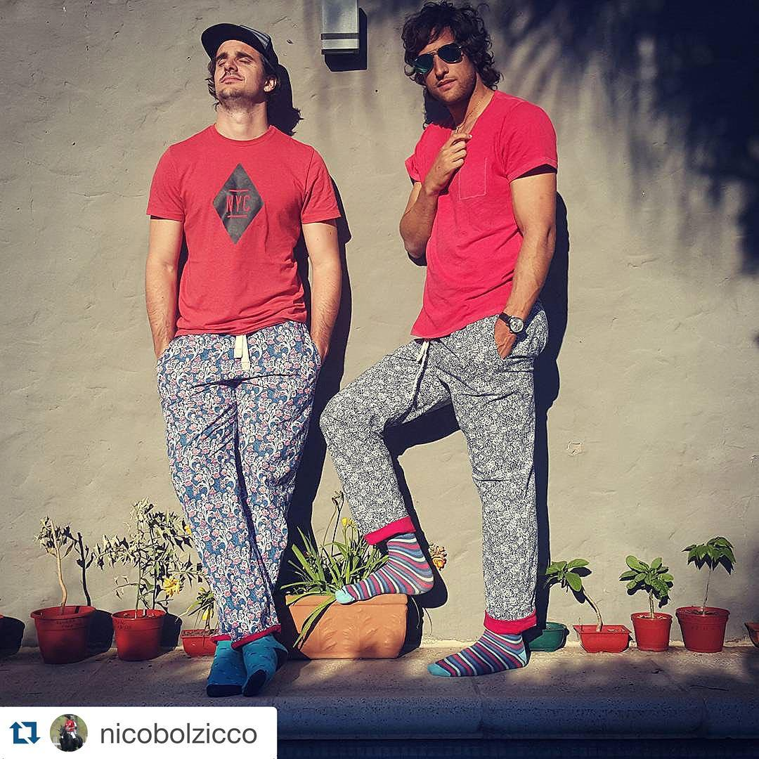 Devils in red y sus #DomingosConOnda #ModeloTiago #ModeloBenito @nicobolzicco with @repostapp. ・・・ Any given Sunday with our #DomingosConOnda #HomeWearPants @tiendasuarez #MediasConOnda #Socks