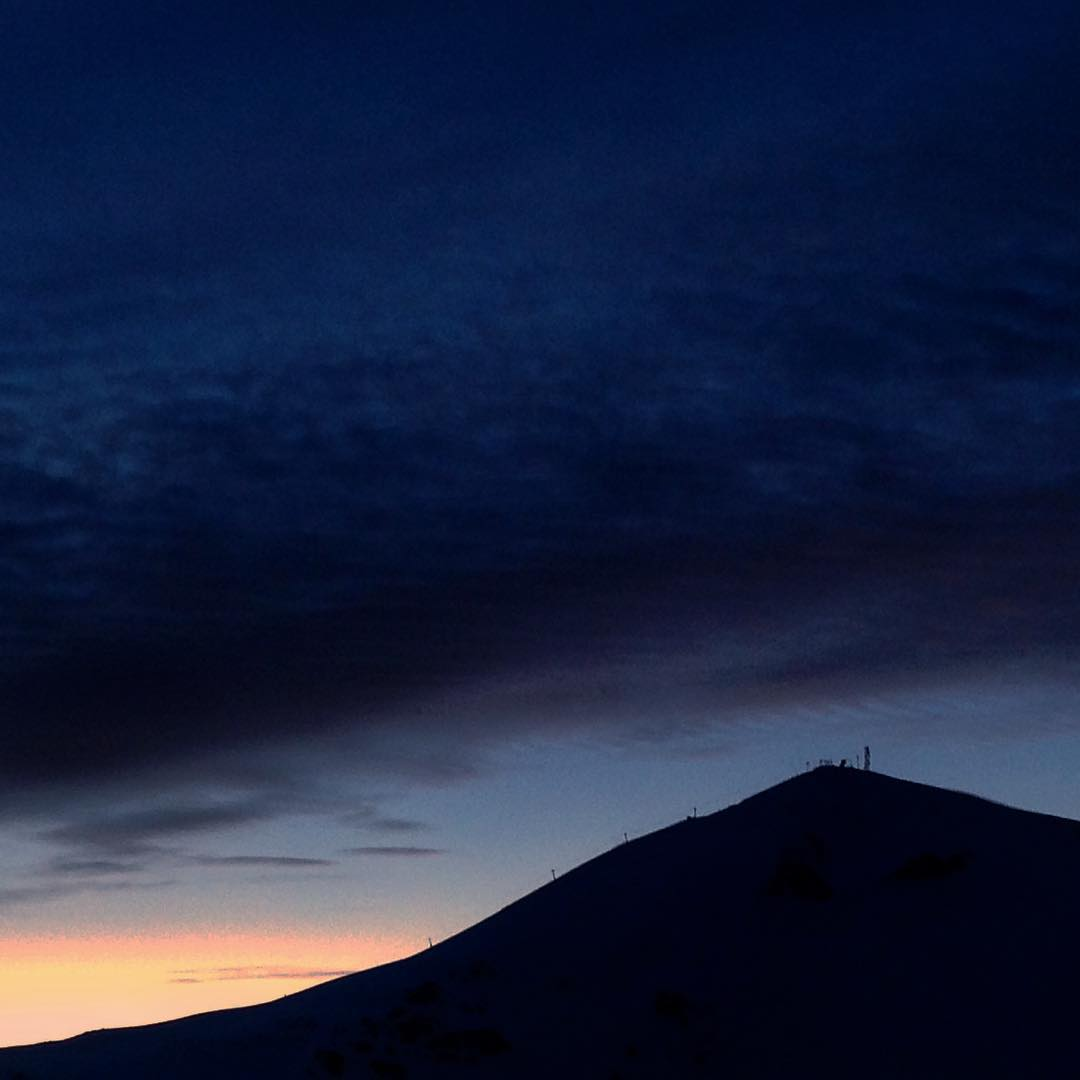 Alpine silhouette backed by a subtle sunset makes for a pleasant ride // #plantyoursoul @tecnicablizzard