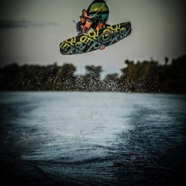 Martes al límite! Wake con @kaiditsch #soul #wakeboard #waves #reefargentina