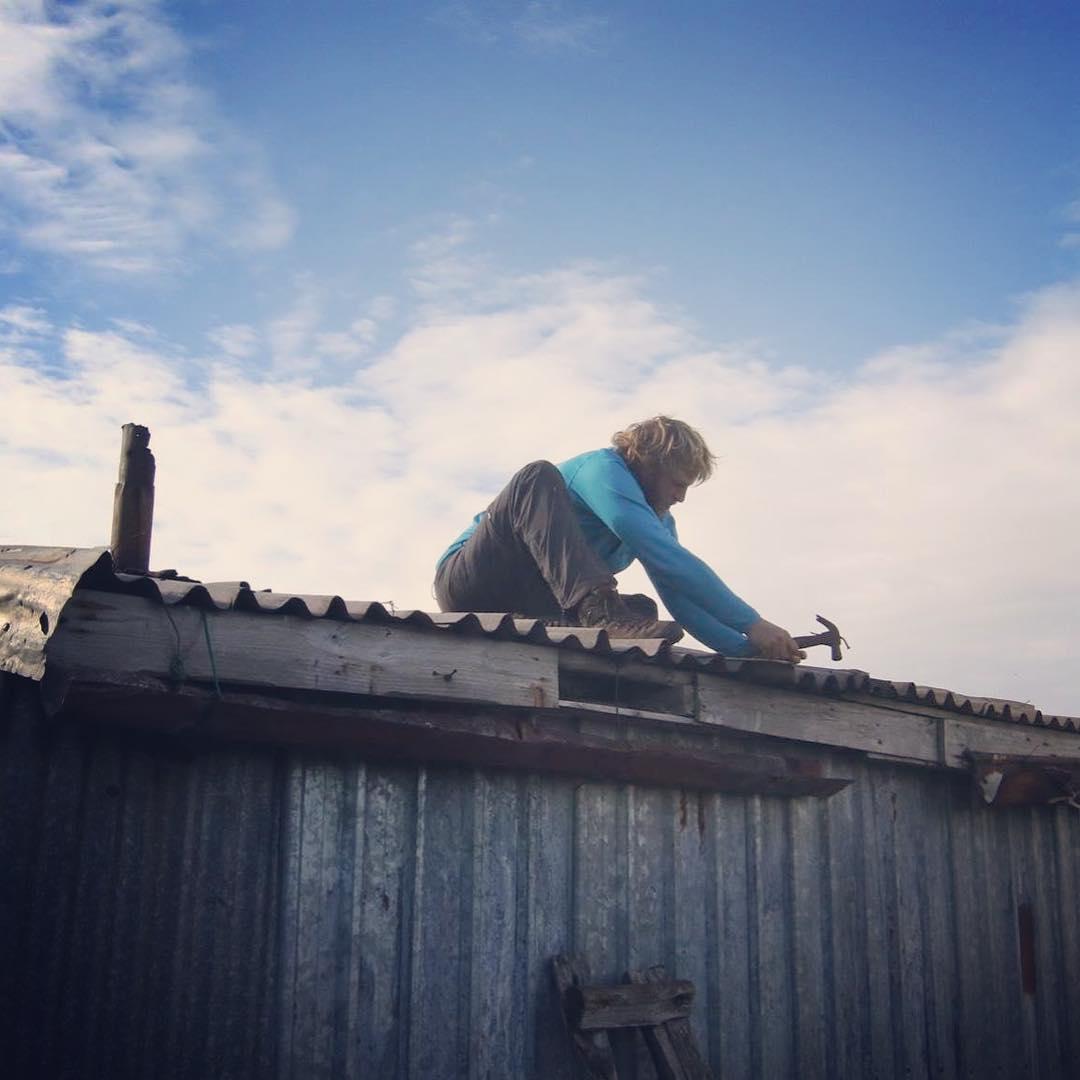 Ayudando a Pati con unas goteras en el techo de su rancho El Tambo.#conservemos #peninsulamitre #tierradelfuego