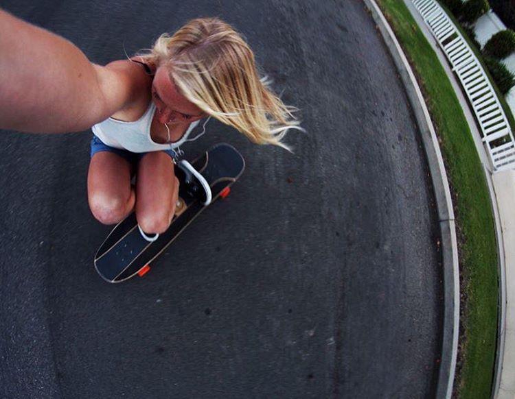 @amandapowellskate  #ourkindofselfie #longboardgirlscrew #womensupportingwomen #skatelikeagirl #girlswhoshred #amandapowell